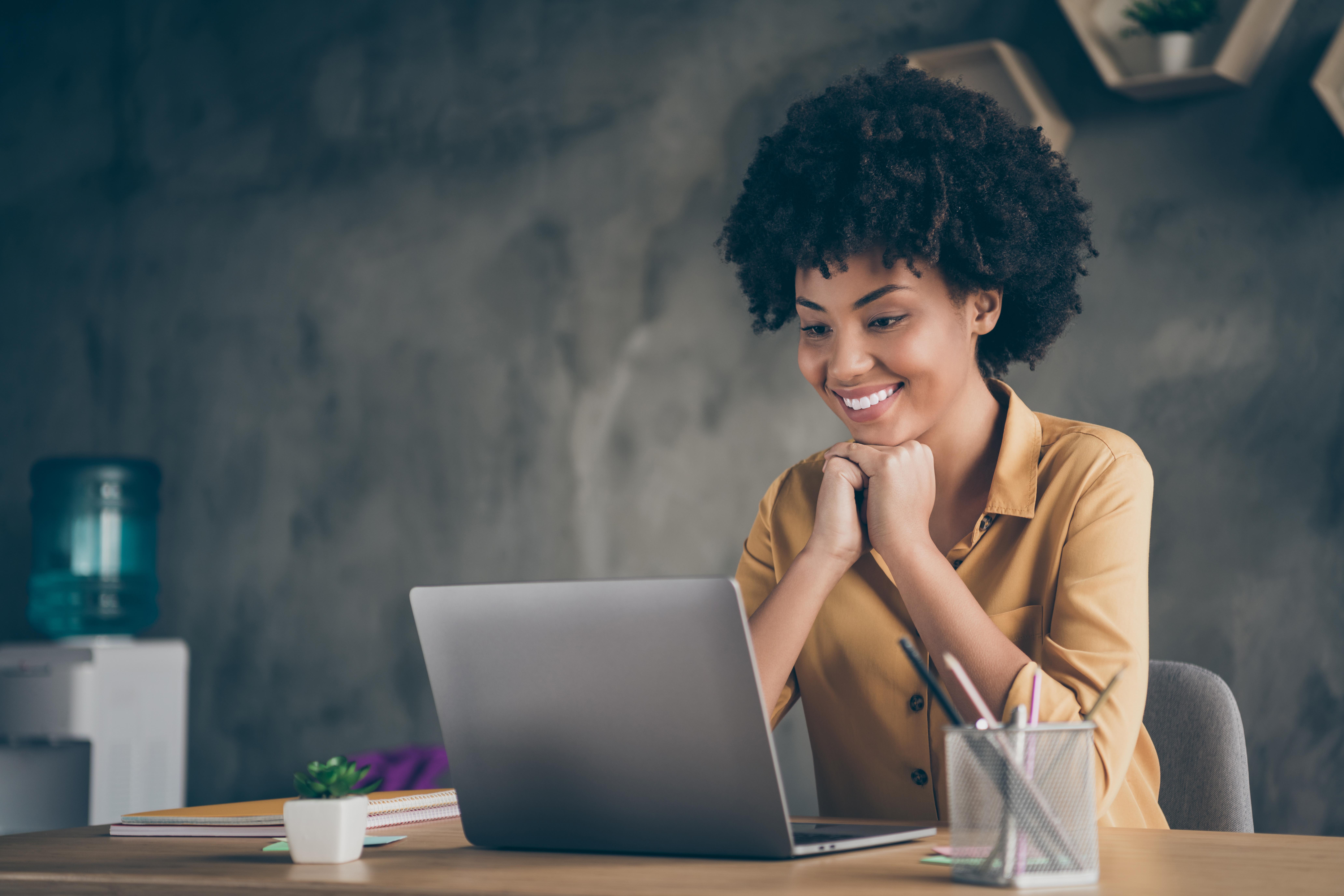 Recruitern schaut begeistert auf ihren Laptop