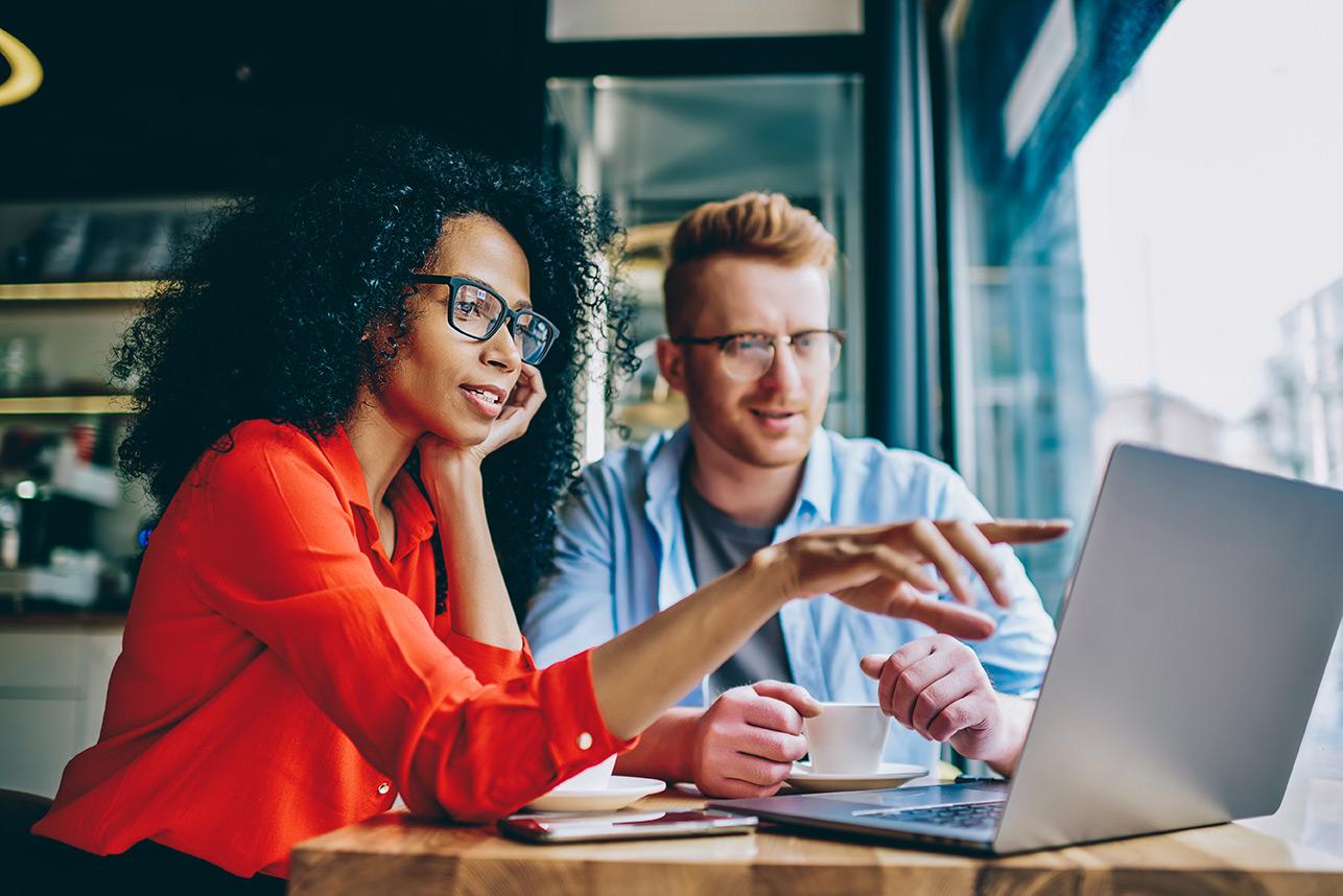 Recruiter vergleichen verschiedene Jobportale am Laptop